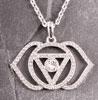 Hänge med små Swarovskikristaller, tredje ögats chakra.